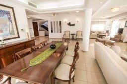 Обеденная зона. Кипр, Менеу : Роскошная вилла с бассейном и выходом на пляж, 4 спальни, 4 ванные комнаты, джакузи, сад, барбекю, парковка, Wi-Fi