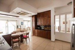 Кухня. Кипр, Менеу : Роскошная вилла с бассейном и выходом на пляж, 4 спальни, 4 ванные комнаты, джакузи, сад, барбекю, парковка, Wi-Fi