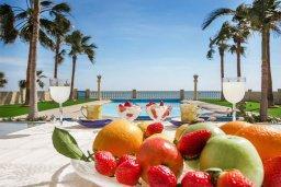 Территория. Кипр, Менеу : Роскошная вилла с бассейном и выходом на пляж, 4 спальни, 4 ванные комнаты, джакузи, сад, барбекю, парковка, Wi-Fi