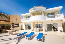 Фасад дома. Кипр, Менеу : Роскошная вилла с бассейном и выходом на пляж, 4 спальни, 4 ванные комнаты, джакузи, сад, барбекю, парковка, Wi-Fi