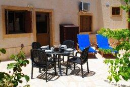 Терраса. Кипр, Хлорака : Прекрасная вилла с патио и видом на море, общий бассейн, 3 спальни, 2 ванные комнаты, барбекю, парковка, Wi-Fi