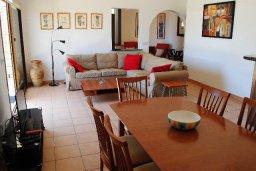 Гостиная. Кипр, Хлорака : Прекрасная вилла с патио и видом на море, общий бассейн, 3 спальни, 2 ванные комнаты, барбекю, парковка, Wi-Fi