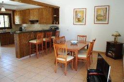 Обеденная зона. Кипр, Хлорака : Прекрасная вилла с патио и видом на море, общий бассейн, 3 спальни, 2 ванные комнаты, барбекю, парковка, Wi-Fi