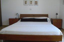 Спальня. Кипр, Хлорака : Прекрасная вилла с патио и видом на море, общий бассейн, 3 спальни, 2 ванные комнаты, барбекю, парковка, Wi-Fi