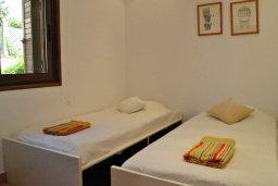 Спальня 2. Кипр, Хлорака : Прекрасная вилла с патио и видом на море, общий бассейн, 3 спальни, 2 ванные комнаты, барбекю, парковка, Wi-Fi