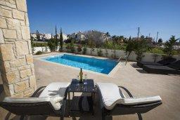 Зона отдыха у бассейна. Кипр, Хлорака : Современная вилла с бассейном и зеленым двориком, 3 спальни, парковка, Wi-Fi