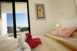 Спальня. Кипр, Хлорака : Современная вилла с бассейном и зеленым двориком, 3 спальни, парковка, Wi-Fi