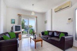 Гостиная. Кипр, Хлорака : Прекрасная вилла с бассейном и зеленым двориком с барбекю, 3 спальни, 2 ванные комнаты, парковка, Wi-Fi