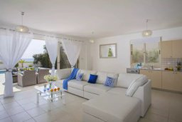Гостиная. Кипр, Мазотос : Прекрасная вилла с потрясающим видом на море, с 4-мя спальнями, с бассейном, уютным патио, расположена всего в нескольких шагах от пляжа