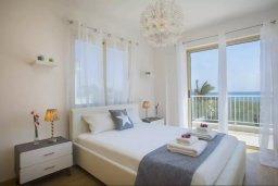 Спальня. Кипр, Мазотос : Прекрасная вилла с потрясающим видом на море, с 4-мя спальнями, с бассейном, уютным патио, расположена всего в нескольких шагах от пляжа