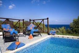 Бассейн. Кипр, Лачи : Шикарная вилла с видом на море, с 3-мя спальнями, с патио, барбекю, бильярдом и с большим бассейном в окружении соснового леса