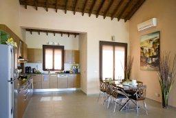 Кухня. Кипр, Лачи : Шикарная вилла с видом на море, с 3-мя спальнями, с патио, барбекю, бильярдом и с большим бассейном в окружении соснового леса