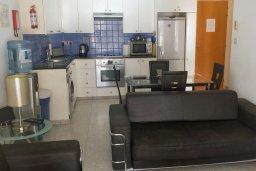Кухня. Кипр, Пафос город : Апартамент в комплексе с большим бассейном, с гостиной, отдельной спальней и террасой