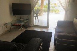 Гостиная. Кипр, Пафос город : Апартамент в комплексе с большим бассейном, с гостиной, отдельной спальней и террасой