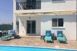 Фасад дома. Кипр, Пафос город : Прекрасная вилла с бассейном и двориком с барбекю, 4 спальни, 2 ванные комнаты, парковка, Wi-Fi