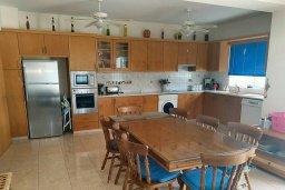 Кухня. Кипр, Пафос город : Прекрасная вилла с бассейном и двориком с барбекю, 4 спальни, 2 ванные комнаты, парковка, Wi-Fi