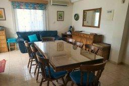 Обеденная зона. Кипр, Пафос город : Прекрасная вилла с бассейном и двориком с барбекю, 4 спальни, 2 ванные комнаты, парковка, Wi-Fi