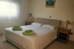 Спальня. Кипр, Пафос город : Прекрасная вилла с бассейном и двориком с барбекю, 4 спальни, 2 ванные комнаты, парковка, Wi-Fi