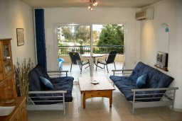 Гостиная. Кипр, Пафос город : Апартамент в комплексе с большим бассейном и зеленой территорией, с гостиной, отдельной спальней и балконом