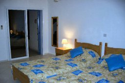 Спальня. Кипр, Пафос город : Апартамент в комплексе с большим бассейном и зеленой территорией, с гостиной, отдельной спальней и балконом