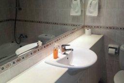 Ванная комната 2. Кипр, Пафос город : Апартамент в комплексе с 2-мя бассейнами и зеленой территорией, с гостиной, двумя спальнями, двумя ванными комнатами и балконом