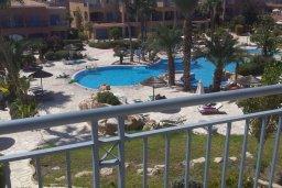 Вид. Кипр, Пафос город : Апартамент в комплексе с 2-мя бассейнами и зеленой территорией, с гостиной, отдельной спальней и балконом