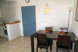 Обеденная зона. Кипр, Пафос город : Апартамент в комплексе с 2-мя бассейнами и зеленой территорией, с гостиной, отдельной спальней и балконом