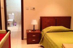 Спальня. Кипр, Киссонерга : Прекрасная вилла с бассейном и видом на море, 50 метров до пляжа, 5 спален, 3 ванные комнаты, барбекю, парковка, Wi-Fi