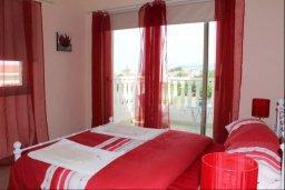 Спальня. Кипр, Киссонерга : Роскошная вилла с 6 спальнями, с бассейном и зелёным двориком с патио и барбекю, расположена на холмах Пейя