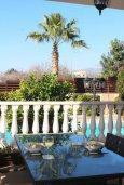 Балкон. Кипр, Киссонерга : Роскошная вилла с 6 спальнями, с бассейном и зелёным двориком с патио и барбекю, расположена на холмах Пейя