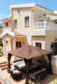 Фасад дома. Кипр, Киссонерга : Роскошная вилла с 6 спальнями, с бассейном и зелёным двориком с патио и барбекю, расположена на холмах Пейя