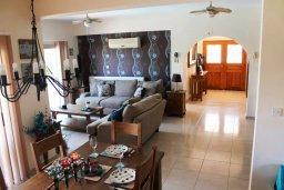 Гостиная. Кипр, Киссонерга : Роскошная вилла с 6 спальнями, с бассейном и зелёным двориком с патио и барбекю, расположена на холмах Пейя
