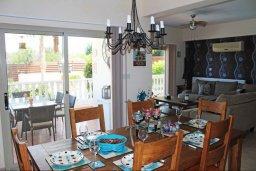 Обеденная зона. Кипр, Киссонерга : Роскошная вилла с 6 спальнями, с бассейном и зелёным двориком с патио и барбекю, расположена на холмах Пейя