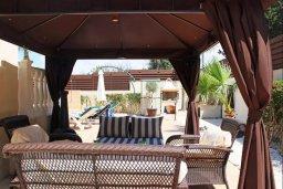 Патио. Кипр, Киссонерга : Роскошная вилла с 6 спальнями, с бассейном и зелёным двориком с патио и барбекю, расположена на холмах Пейя
