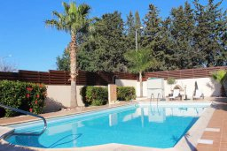 Бассейн. Кипр, Киссонерга : Роскошная вилла с 6 спальнями, с бассейном и зелёным двориком с патио и барбекю, расположена на холмах Пейя