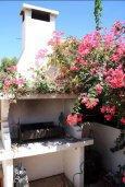 Территория. Кипр, Перволия : Прекрасная вилла с бассейном и зеленым двориком с барбекю, 4 спальни, 3 ванные комнаты, парковка, Wi-Fi