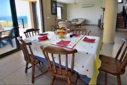Обеденная зона. Кипр, Помос : Шикарная вилла с бассейном в 50 метрах от моря, 5 спален, 4 ванные комнаты, барбекю, парковка, Wi-Fi