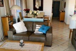 Гостиная. Кипр, Пафос город : Пентхаус в комплексе с 2-мя бассейнами и зеленой территорией, с гостиной, тремя спальнями, патио и большой террасой на крыше
