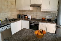 Кухня. Кипр, Пафос город : Пентхаус в комплексе с 2-мя бассейнами и зеленой территорией, с гостиной, тремя спальнями, патио и большой террасой на крыше