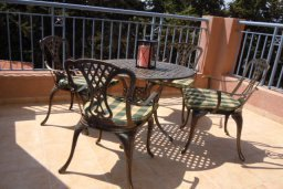 Балкон. Кипр, Пафос город : Апартамент в комплексе с 2-мя бассейнами и зеленой территорией, с гостиной, двумя спальнями и балконом