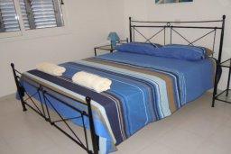 Спальня. Кипр, Пафос город : Апартамент в комплексе с 2-мя бассейнами и зеленой территорией, с гостиной, двумя спальнями и балконом