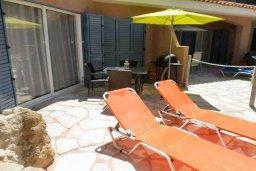 Терраса. Кипр, Пафос город : Апартамент в комплексе с 2-мя бассейнами и зеленой территорией, с гостиной, двумя спальнями, двумя ванными комнатами и террасой