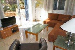 Гостиная. Кипр, Пафос город : Апартамент в комплексе с 2-мя бассейнами и зеленой территорией, с гостиной, двумя спальнями, двумя ванными комнатами и террасой