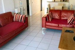 Гостиная. Кипр, Пафос город : Апартамент в комплексе с 2-мя бассейнами и зеленой территорией, с гостиной, двумя спальнями и террасой