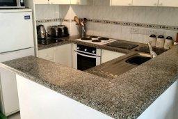 Кухня. Кипр, Пафос город : Апартамент в комплексе с 2-мя бассейнами и зеленой территорией, с гостиной, двумя спальнями и террасой