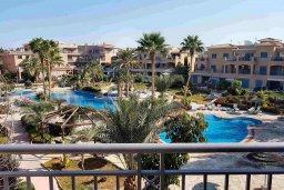Вид. Кипр, Пафос город : Апартамент в комплексе с 2-мя бассейнами и зеленой территорией, с гостиной, двумя спальнями, двумя ванными комнатами и балконом