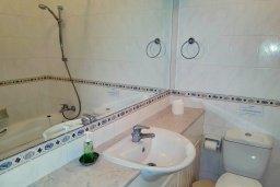Ванная комната. Кипр, Пафос город : Апартамент в комплексе с 2-мя бассейнами и зеленой территорией, с гостиной, двумя спальнями, двумя ванными комнатами и балконом