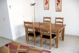 Обеденная зона. Кипр, Пафос город : Апартамент в комплексе с 2-мя бассейнами и зеленой территорией, с гостиной, двумя спальнями, двумя ванными комнатами и террасой