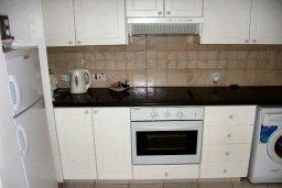 Кухня. Кипр, Пафос город : Апартамент в комплексе с 2-мя бассейнами и зеленой территорией, с гостиной, двумя спальнями, двумя ванными комнатами и террасой