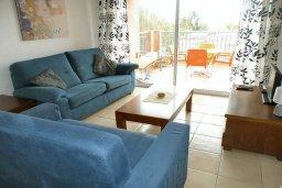 Гостиная. Кипр, Пафос город : Апартамент в комплексе с 2-мя бассейнами и зеленой территорией, с гостиной, двумя спальнями, двумя ванными комнатами и балконом